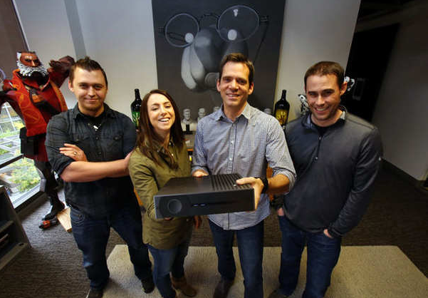 Miembros del equipo de Valve sosteniendo el prototipo