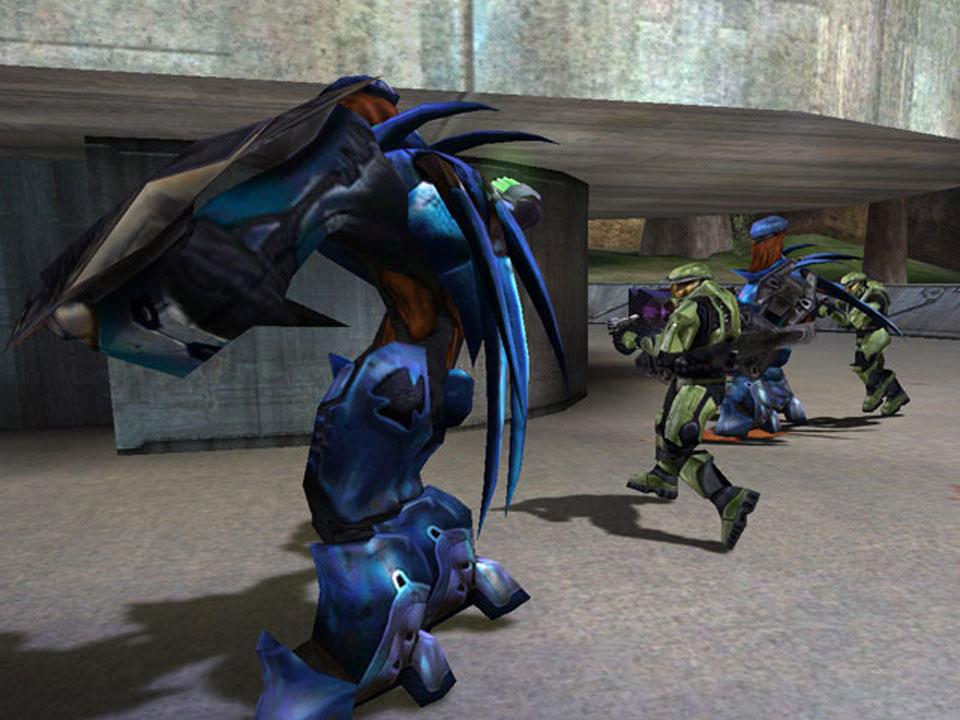 Algunos enemigos requieren estrategias especiales, como atacar por la espalda o ir esquivándolos mientras les lanzamos granadas.